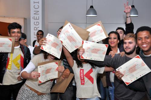 Alunos do Oi Kabum! Rio de Janeiro  recebendo certificado de conclusão de curso de língua inglesa.