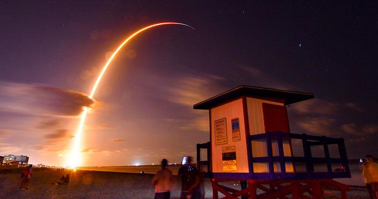 SpaceX lança primeiros 60 satélites Starlink para serviço de Internet