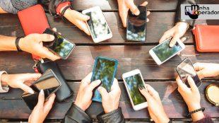 pessoas segurando vários celulares