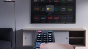 Tela de tv por assinatura com controle remoto