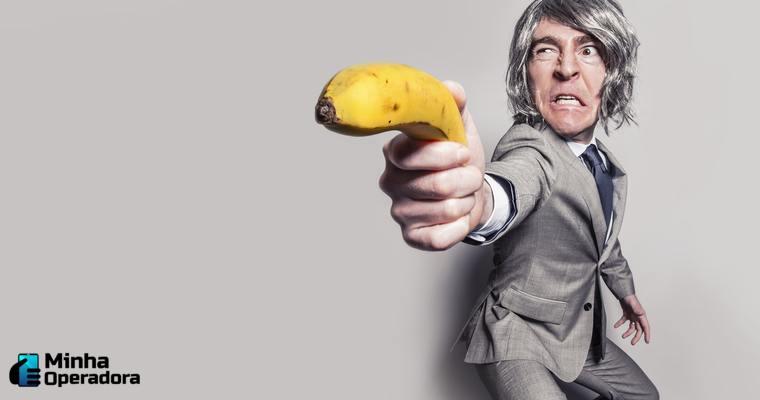 homem segurando banana