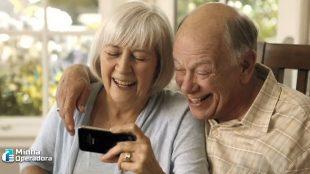 TIM e Motorola vão ensinar idosos a usarem smartphone