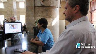 Prefeitura fecha parceria com operadoras para plataforma em Libras
