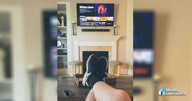 Consumidor(a) assistindo TV