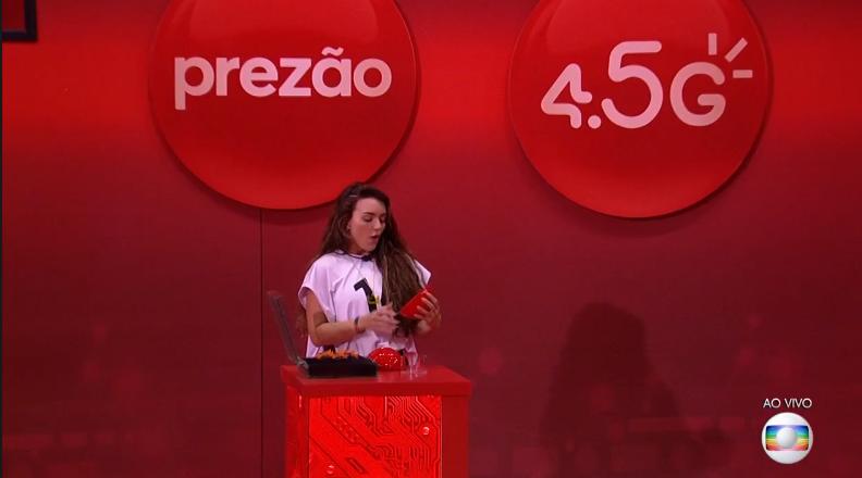 Momento em que Rafa Kalimann é presenteada. Imagem: Reprodução TV Globo