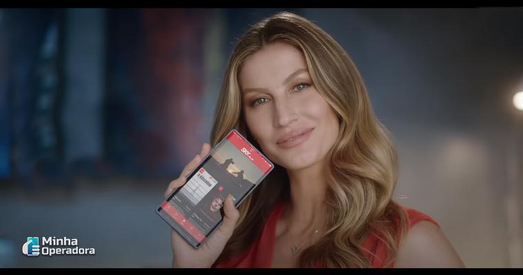 Gisele Bündchen no novo vídeo de campanha da SKY. Imagem: Reprodução YouTube