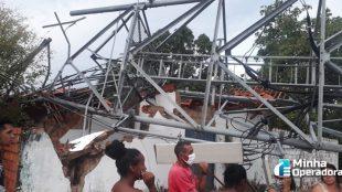 Torre de telefonia cai sobre duas casas no Piauí