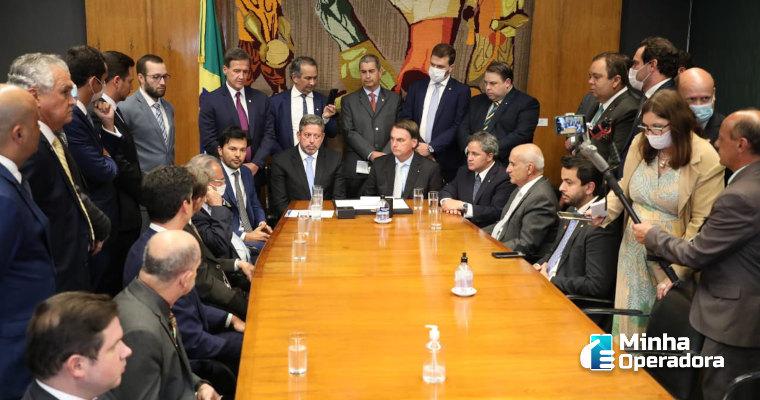 Bolsonaro entrega na Câmara proposta de criação da Anacom
