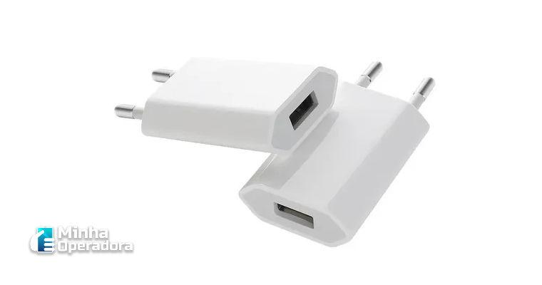 Apple retira carregadores das caixas dos novos iPhones.