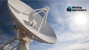 Antena apontada para o céu