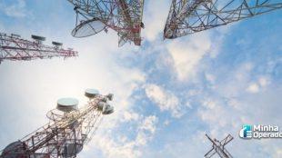 Cinco antenas juntas e fotografadas de baixo para cima.
