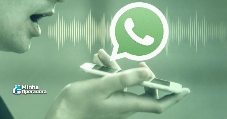 Homem segurando um Smartphone com expressão de fala, acima do telefone contém a logomarca do WhatsApp