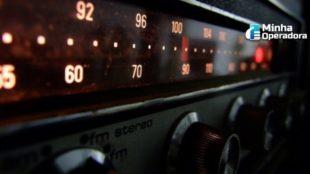 Imagem de estações de rádio sendo sintonizadas.