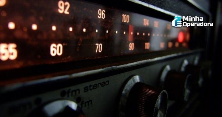 Imagem de estações de rádio sendo sintonizadas
