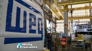 Imagem da fábrica da WEG. Em primeiro plano, aparece uma máquina com o logotipo da empresa.