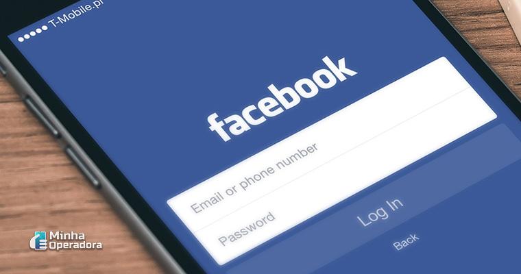 Smartphone com navegação no Facebook