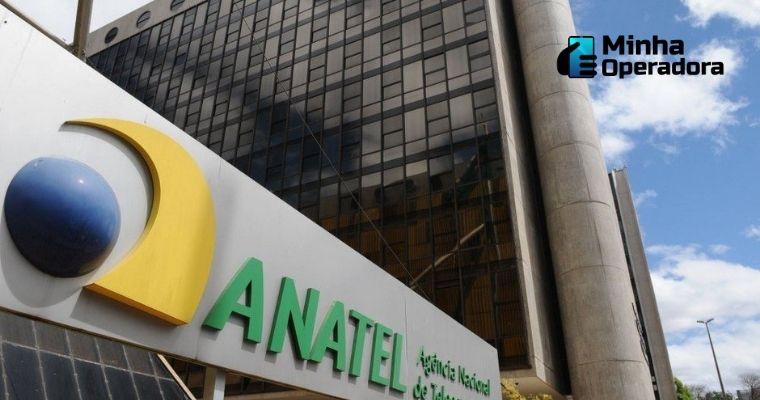 Logotipo da Anatel na fachada do prédio da agência.