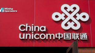 Logotipo da China Unicom na cor branca em um fundo vermelho.