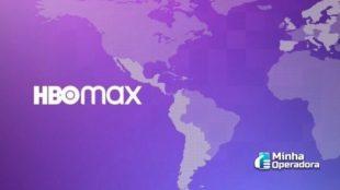 Logotipo do HBO Max em um fundo roxo e, também ao fundo, o mapa do continente Americano.