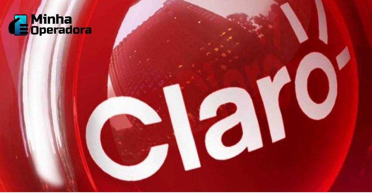 Logomarca da Claro com fundo vermelho.