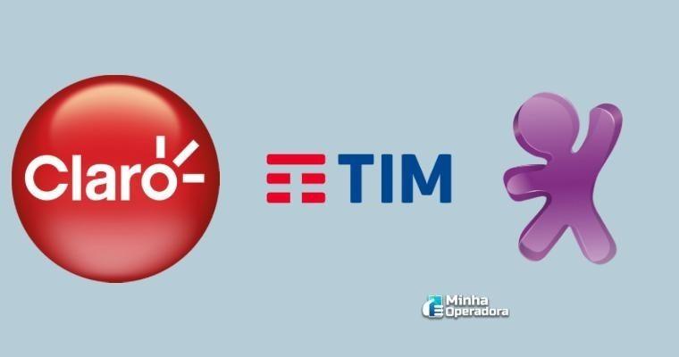 Logomarcas da Claro, TIM e Vivo em um fundo cinza.