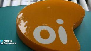 Logotipo da Oi em amarelo com o fundo azul.