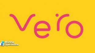 Logotipo da Vero em rosa com o fundo amarelo.