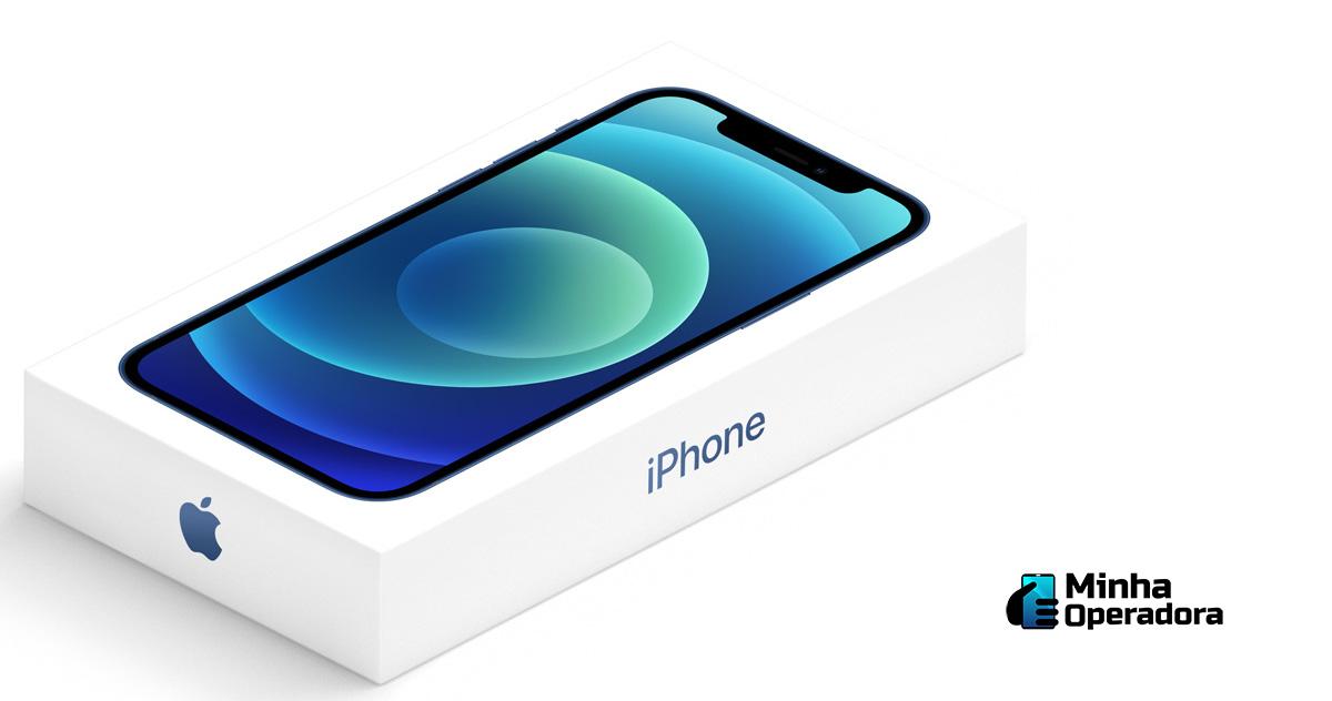 Modelo do iPhone 12 na caixa