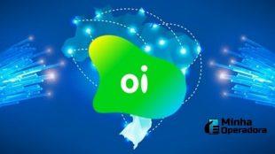 O fundo da imagem é azul, com diversos cabos de conexão e a logomarca da Oi em verde sobre o mapa do Brasil.