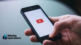 Pessoa utilizando o aplicativo do Youtube no celular.