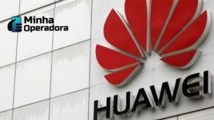 Logotipo da Huawei na fachada de um prédio da empresa.