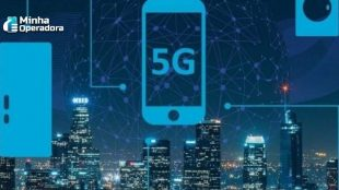 """Ilustração de um celular no céu noturno de uma cidade e na tela do aparelho está escrito """"5G""""."""