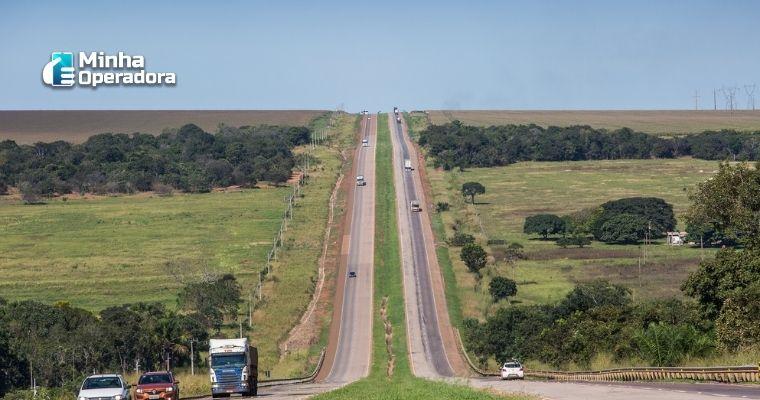 Imagem da BR-163, por onde estão passando alguns veículos.