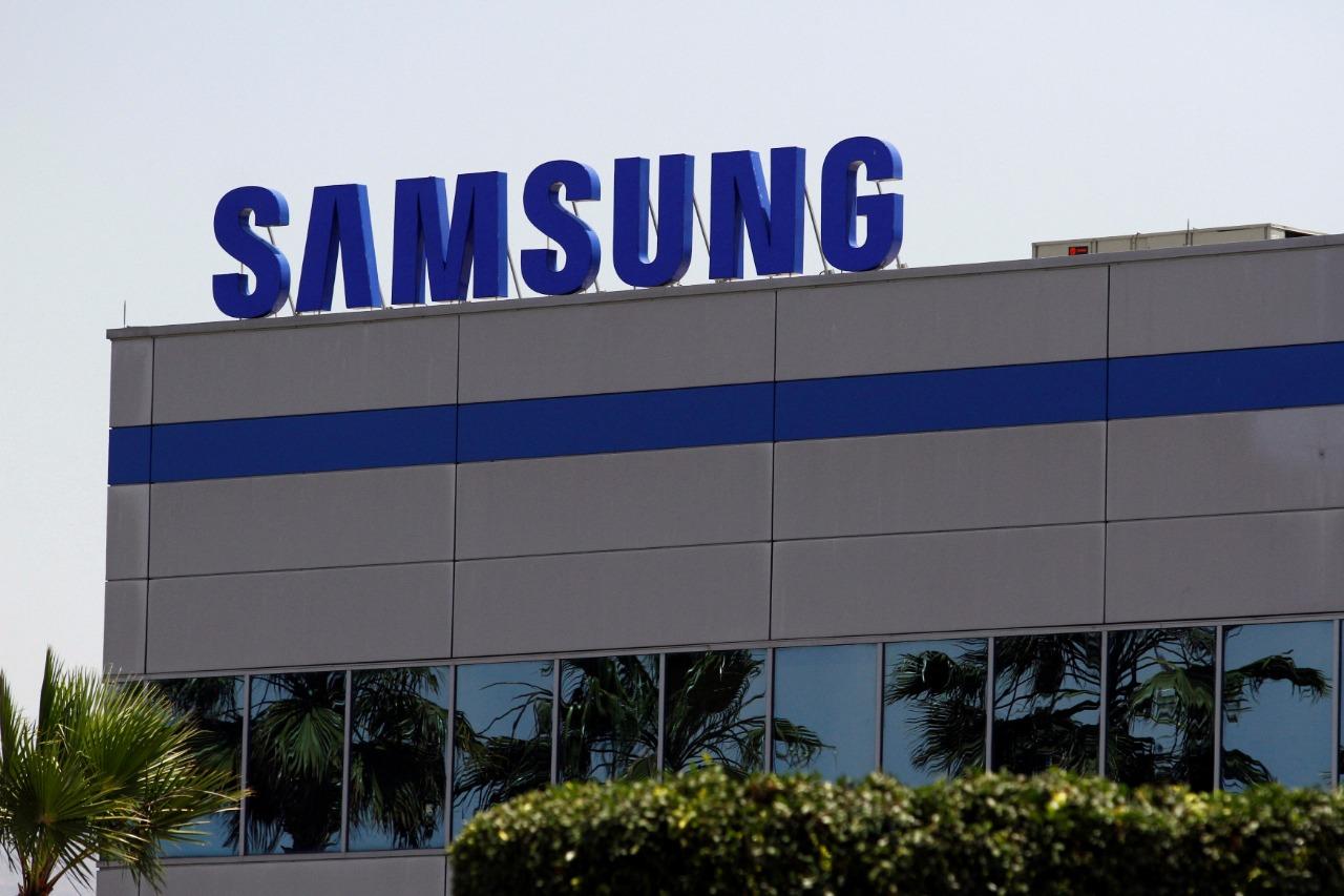Logomarca da Samsung sobre o prédio da empresa no México.