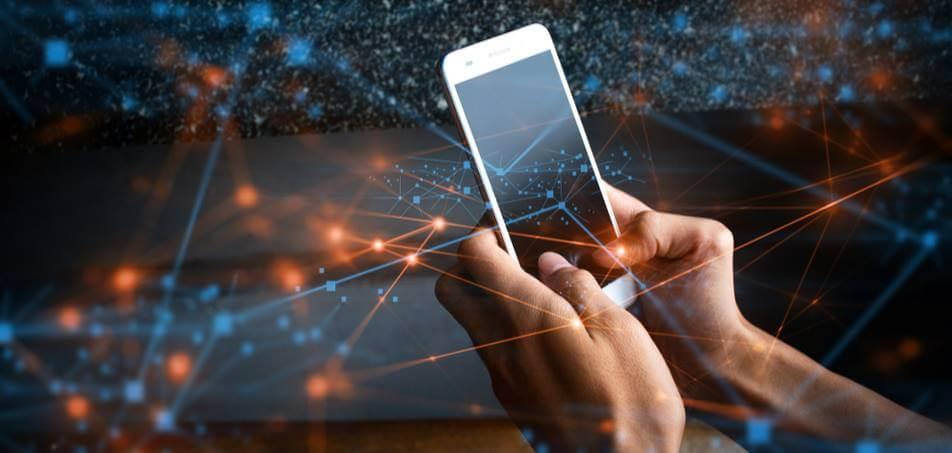 Usuário utilizando o smartphone com um fundo que lembram diversos pontos de conexão.