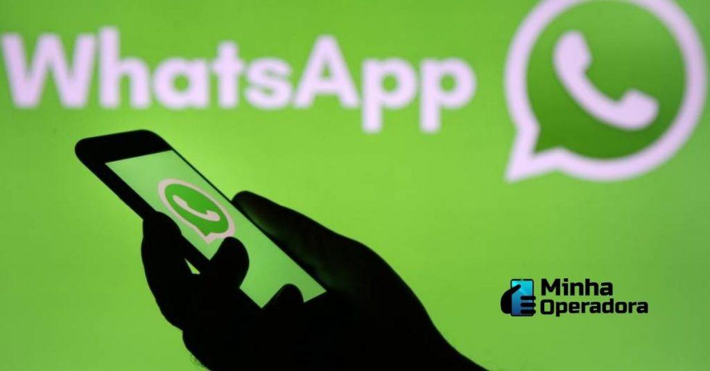Pessoa utilizando o WhatsApp no celular.