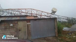 Ventania derruba torre de telefonia sobre casas em Pinheiral (RJ)