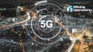 Cidade vista de cima com o logotipo do 5G no centro da imagem.