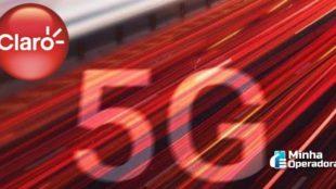 Logotipo da Claro em uma pista com o símbolo do 5G.