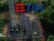 Antena mantida a energia solar com o logotipo da TIM na parte superior da imagem.