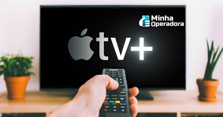 Imagem de uma pessoa apontando o controle para a TV com a logo da Apple TV