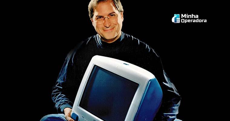 Steve Jobs com o iMac G3. Imagem: GratisPNG