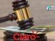 Martelo do Juiz sendo batido em cima de cédulas de dinheiro com o logo da Claro embaixo.