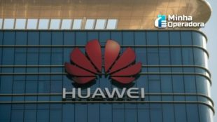 Logotipo da Huawei no topo de um prédio.