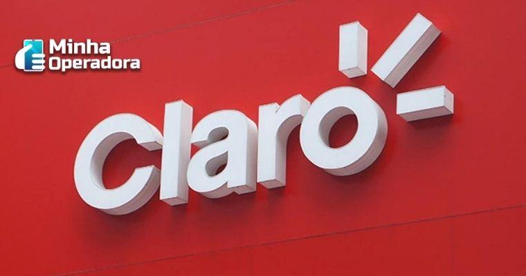 Logotipo da Claro branco e em alto relevo, em um fundo vermelho.