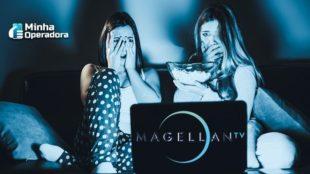 Imagem de duas mulheres assustadas assistindo TV.