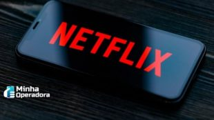 Logotipo da Netflix na tela de um smartphone.