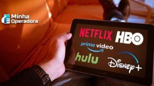 Logotipo das plataformas de streaming em uma tela de tablet.