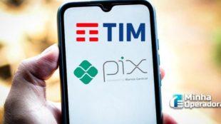 Imagem de um celular com as logos da TIM e do PIX