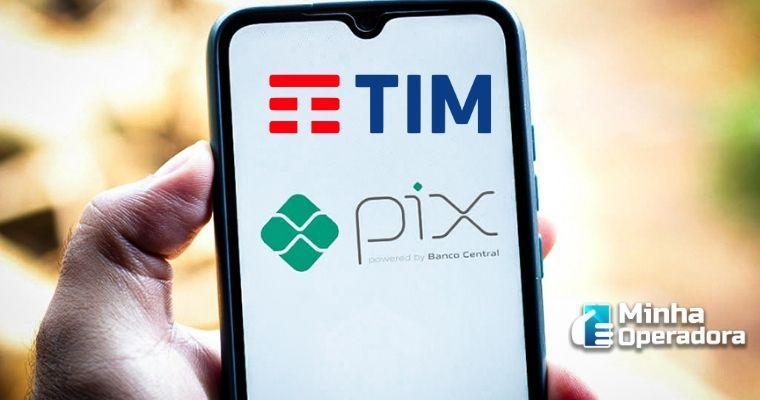 Imagem de um celular com os logotipos da PIX e da TIM.